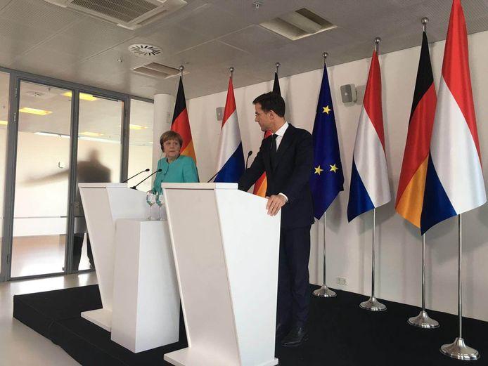 """Rutte: """"HTC is misschien wel de slimste vierkante kilometer van Europa"""". Een glimlachend knikje van Merkel."""