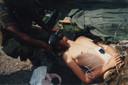 De kameraden van Raviv maakten nog een foto toen hij op een brancard lag, zodat hij later zelf zou kunnen zien hoe hij erbij lag. Ze zijn ervan overtuigd dat hij het zal redden.