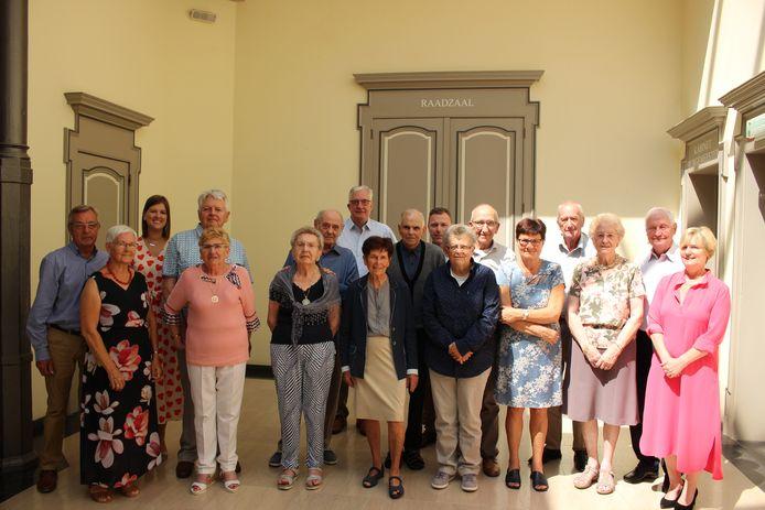 De jubilarissen met een delegatie van het schepencollege op de foto