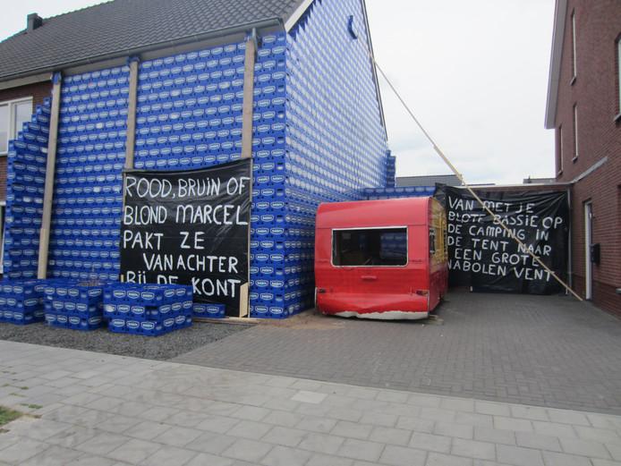 Het huis in Someren-Heide werd verstopt onder bierkratjes.