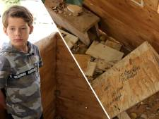 Tims (9) droomboomhut vernield door brutale vandalen: 'Scheldwoorden, piemels en hakenkruizen'