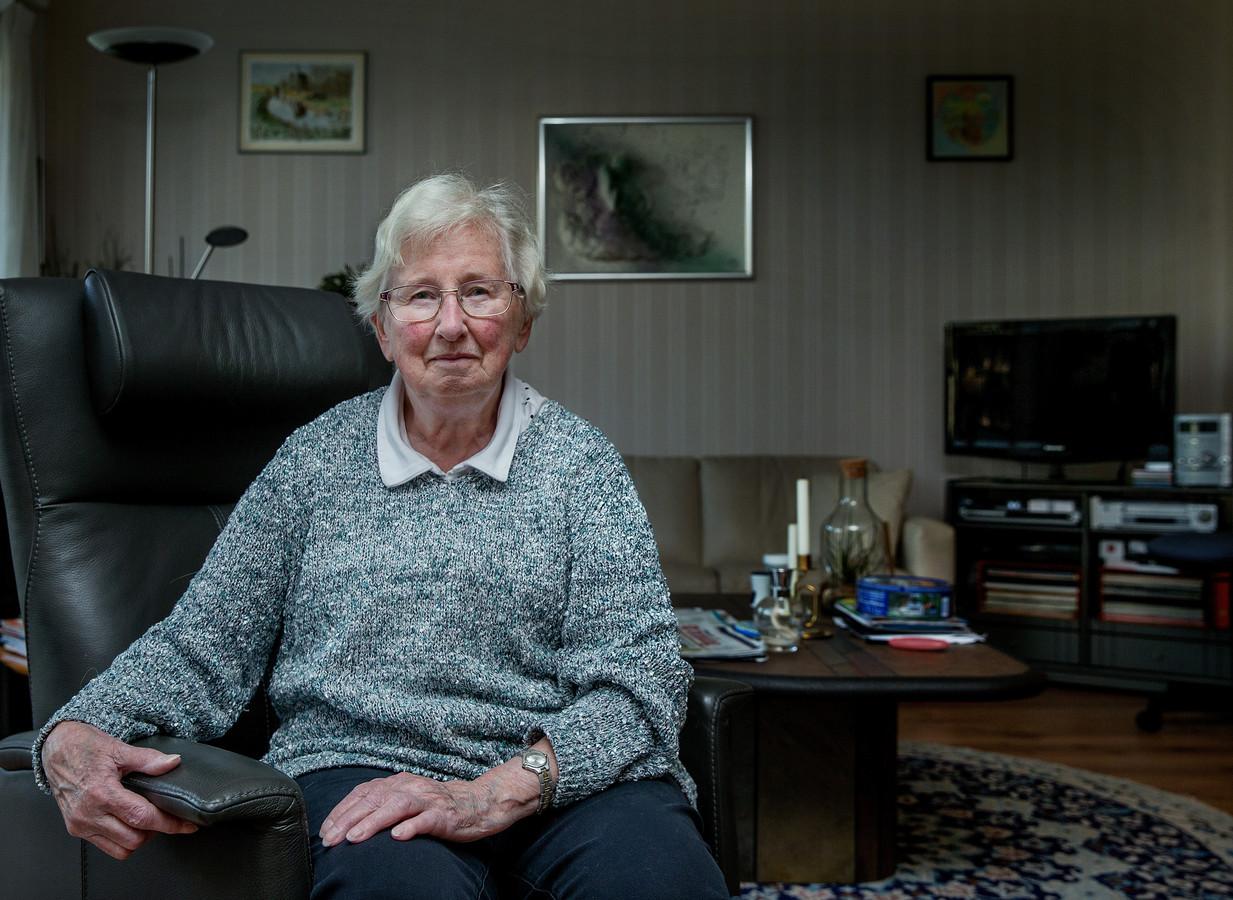 Ans van Hout Sinkelder (82) voelt de gevolgen van het feit dat er al tien jaar geen verhoging van het pensioen is geweest. ,,Ik heb maar een aanvullend pensioen van 45 euro netto per maand. Ik ben van de generatie dat je de tering naar de nering moet zetten. Als er minder binnenkomt, dan moet je de uitgaven aanpassen.''