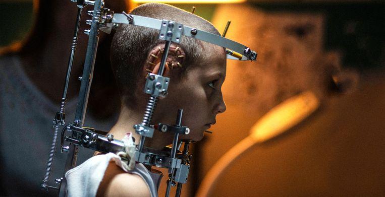 Adèle Guigue als de jonge Alexia in Titane. Beeld