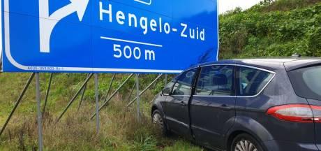 Auto raakt van de weg en ramt verkeersbord op A35 bij Hengelo