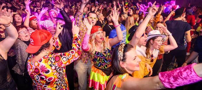 Op de Noordkade wordt de Foute Party van Q Music gehouden. bezoekers hebben zich goed aan de dress code gehouden