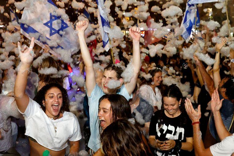 Tel Aviv vierde zondag uitbundig de vorming van  een nieuwe Israëlische regering. Beeld AFP