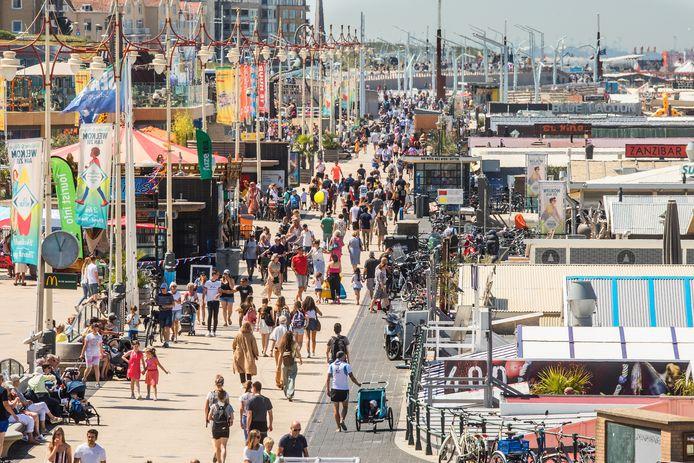 Een drukke Scheveningse boulevard. Door de coronamaatregelen lijkt het aandeel van Duitse toeristen in die zomerse drukte tegen te gaan vallen.