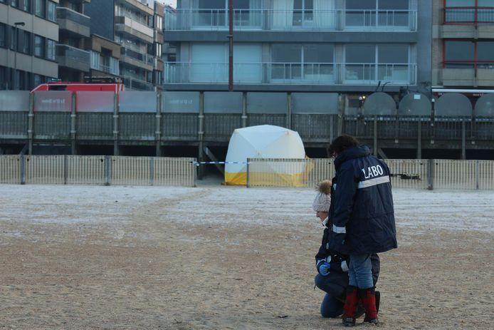 Op het strand is een sleepspoor te zien van ongeveer 25 meter, tot op de plek waar de vrouw gevonden wordt.