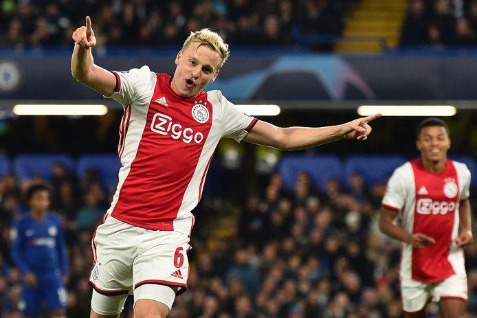 Donny van de Beek juicht nadat hij heeft gescoord tegen Chelsea.