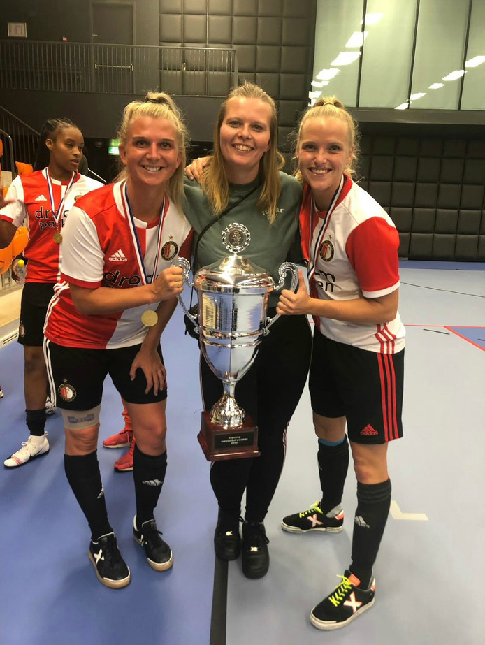 Nikki de Roest (links) met de Supercup.