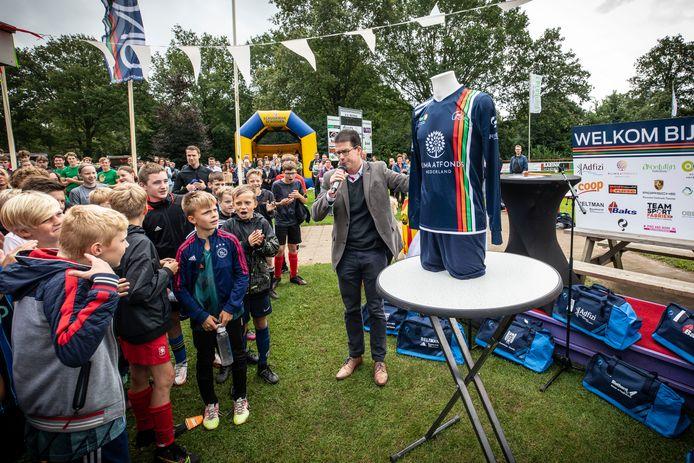 Burgemeester Joost van Oostrum onthult het shirt van UNO'21: Uut Naoberschap Ontstaon.