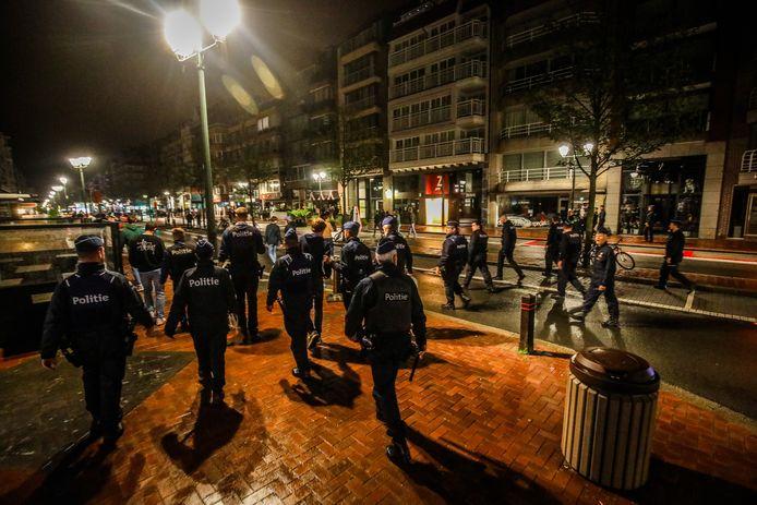 Een beeld van vorige zomer: de politie was dagenlang massaal aanwezig om de vooral uit Nederland afkomstige jongeren na het sluitingsuur weg te krijgen van het Alfred Verweeplein in Knokke.