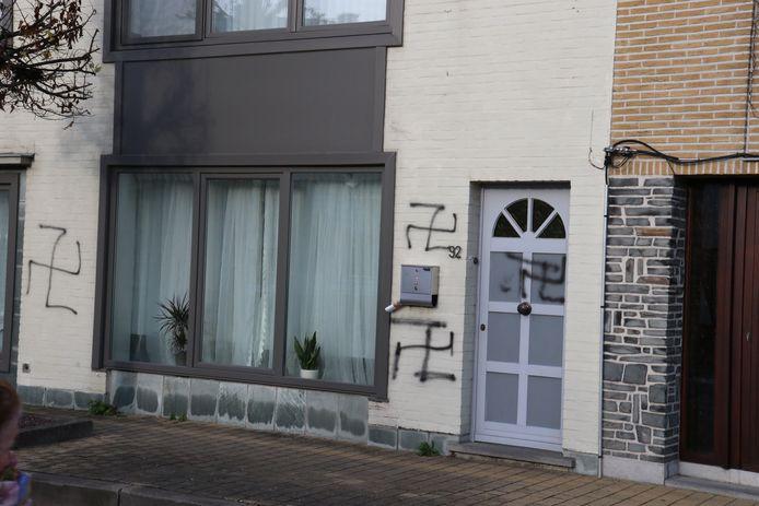 De man die in het Oost-Vlaamse Denderleeuw hakenkruisen aanbracht op onder meer woningen, is opgepakt door de lokale politie, maar later door de onderzoeksrechter vrijgelaten onder strikte voorwaarden. Dat bevestigt de Dendermondse afdeling van het parket Oost-Vlaanderen. Het gaat om een 61-jarige man.
