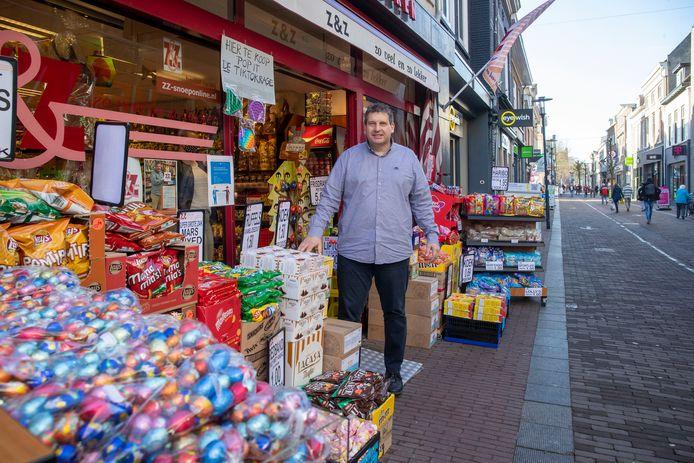 Albert Raterink bij zijn snoepwinkel Z & Z die dit jaar een kwarteeuw bestaat.