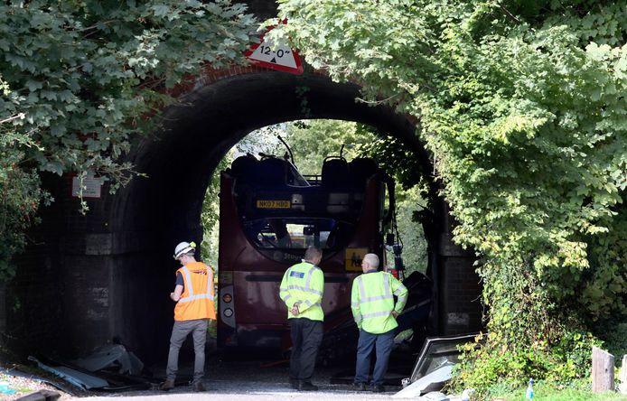 Politie onderzoekt het ongeluk waarbij een schoolbus het dak verloor door een te lage tunnel in te rijden.