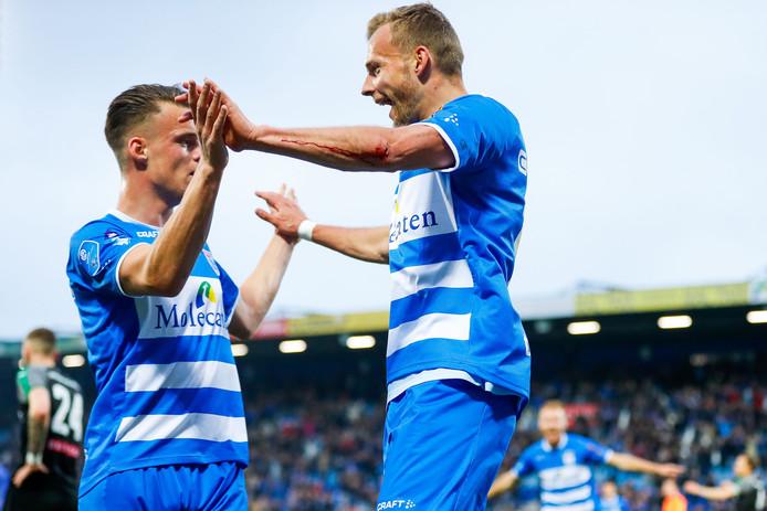 Lennart Thy (r) viert zijn winnende goal in het restant tegen FC Groningen met de andere clubtopscorer van PEC Zwolle, Vito van Crooij. De aanvallers eindigden dit seizoen met 9 doelpunten.