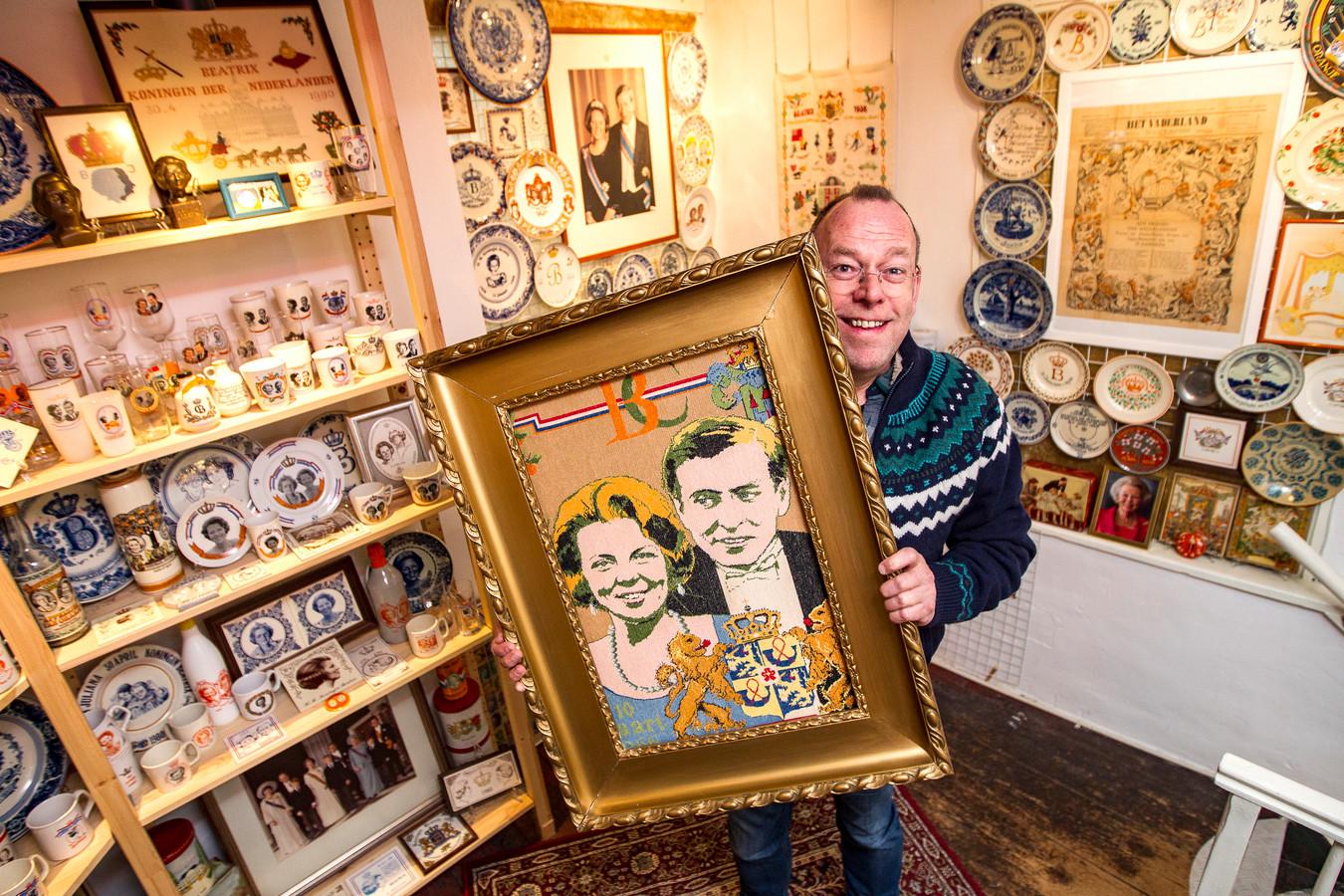 Ben van Someren in zijn eigen Mini Oranje Museum