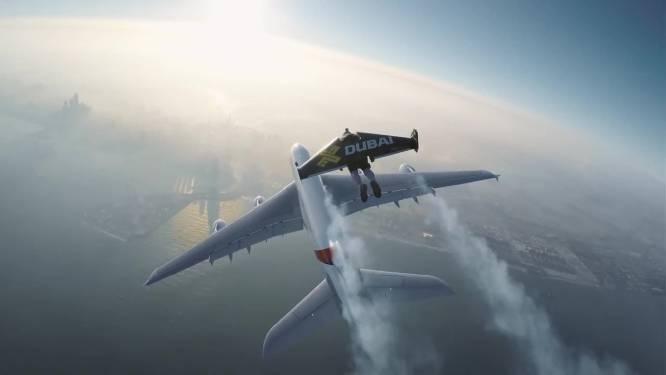 Mannen in vliegpakken naast grootste vliegtuig ter wereld