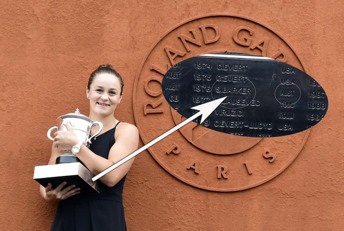 Ashleigh Barty met de beker, waarop staat dat de Britse Sue Barker geboren zou zijn in Australië.