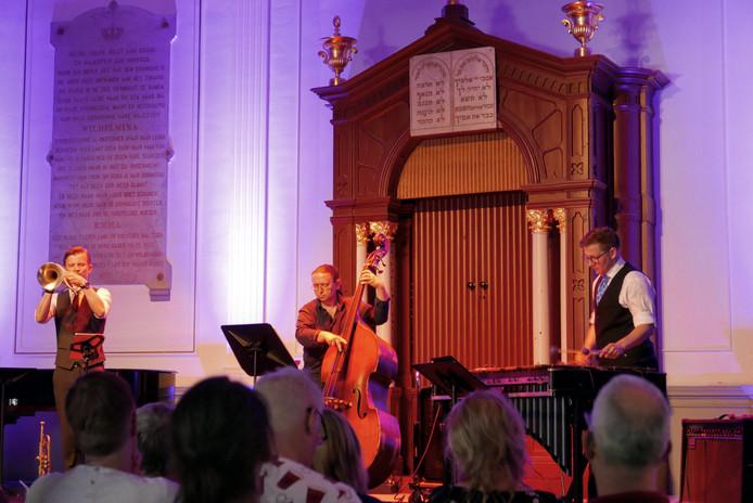 De Bossche vibrafonist Vincent Houdijk (rechts) met Teus Nobel (links)  & Maciej Domaradzki in Willem II Concertzaal.