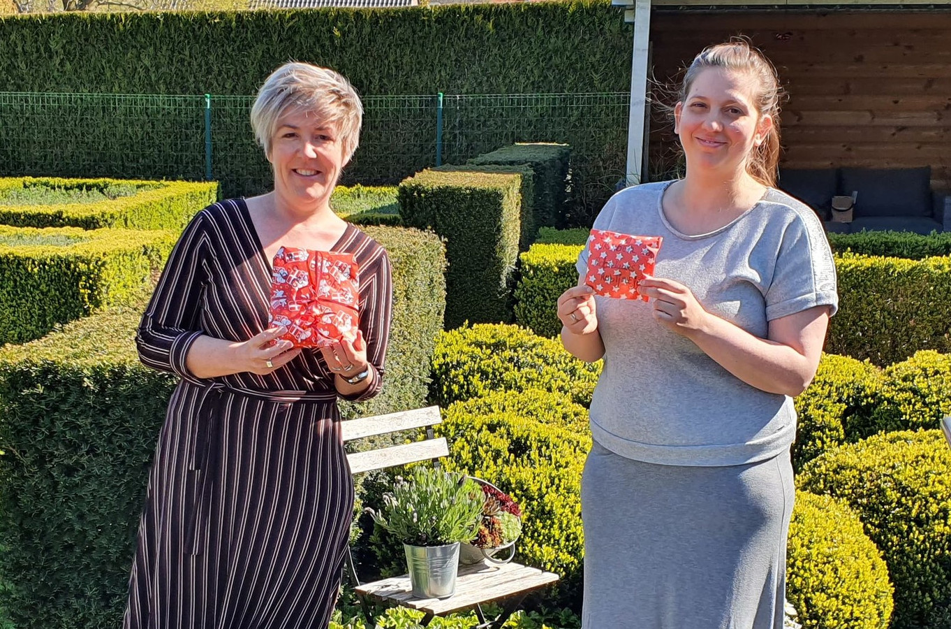 Heidi Pittomvils en Caroline Dons tonen een 'Rotselaars Robijntje'.
