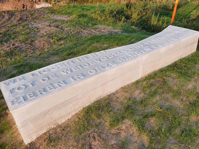Een van de dichtregels van Elianne van Elderen bij de afsluiting van de oude route van de Veldhovensedijk in Riethoven.