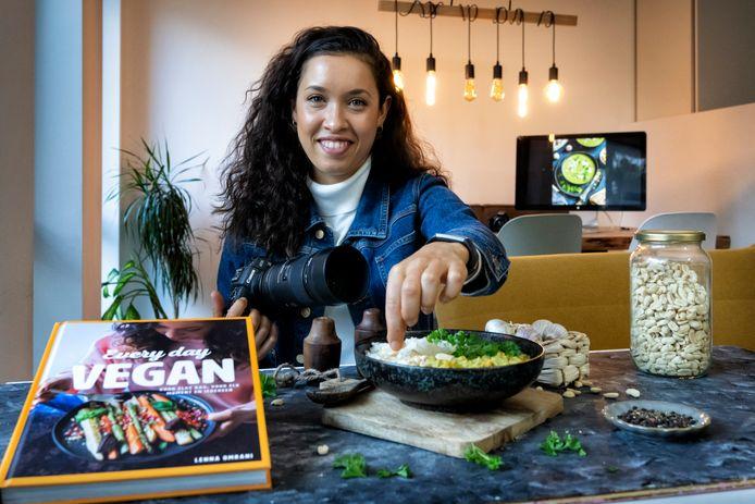 Lenna Omrani maakt een bord curry op in haar kookstudio. De Bossche heeft een eigen veganistische receptenblog en sinds kort ligt haar eerste kookboek in de winkel.
