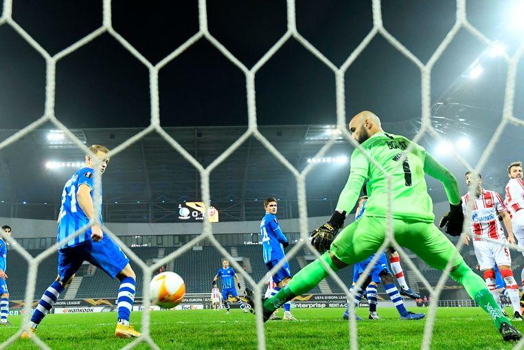 Gent-keeper Sinan Bolat slikt een doelpunt van Nemanja Milunovic in de Ghelamco Arena. Beeld Photo News