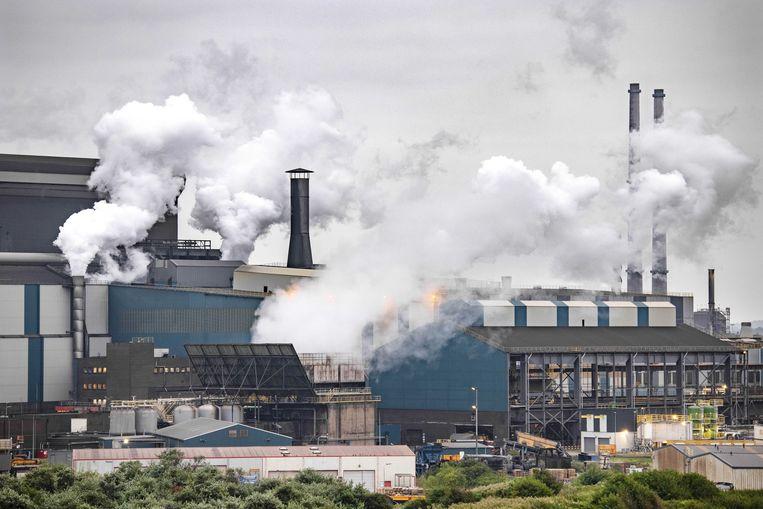 De hoogovens van Tata Steel gezien vanuit Wijk aan Zee. De provincie Noord-Holland geeft het rapport van het RIVM vrij over de stofneerslag en grafietregens van Tata Steel op de woonwijken in de buurt.  Beeld ANP