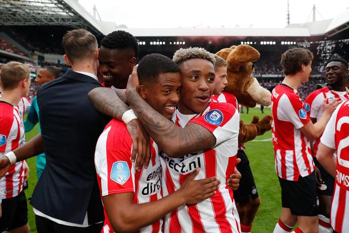 Kenneth Paal en Steven Bergwijn vieren de titel van PSV in 2018.