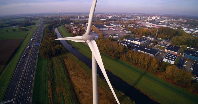 Eén van de windmolens van Pure Energie, langs de snelweg A1 bij Deventer.