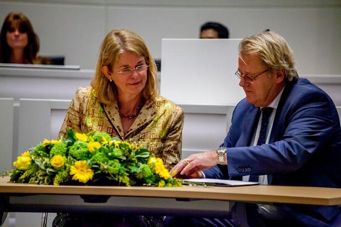 Archieffoto.  Pauline Krikke wordt tijdens een buitengewone raadsvergadering geïnstalleerd als burgemeester van Den Haag.  Rechts Jaap Smit, Commissaris van de Koning.