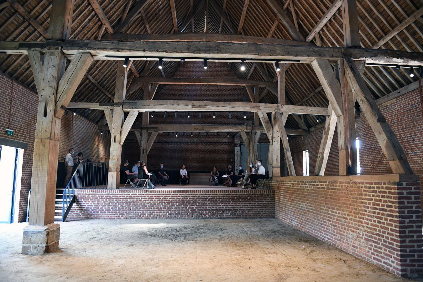 De abdijhoeve dateert uit de 17e eeuw en tijdens de restauratie werden de gevolgen van de urine van de koeien erg zichtbaar.