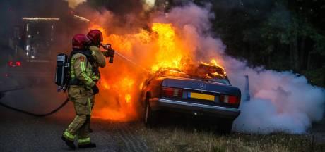 Klassieke Mercedes gaat in vlammen op in Helmond
