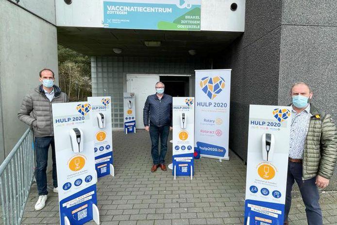 Yves Petit en Kurt Van de Meulebroucke van Rotary Zottegem overhandigen de toestellen aan Zottegems burgemeester Jenne De Potter.