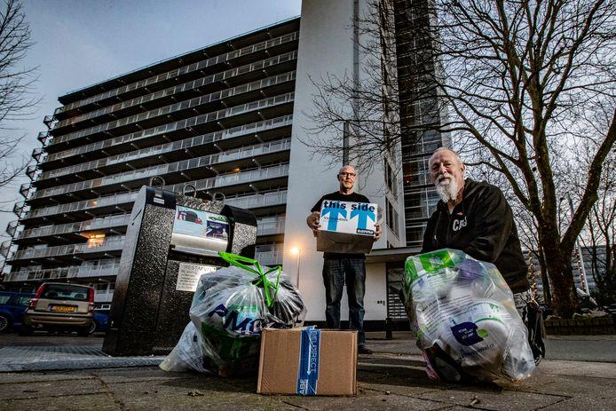 Fred Sambros (links) en Willem van de Donk uit Deventer zijn boos dat er tijdens het slechte winterweer heel veel bonnen zijn uitgeschreven voor afvaldumping. Dat terwijl de bewoners van hun flat niet wisten waar ze aan toe waren.