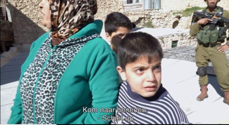 Soldaten op bezoek bij Amer an Anas thuis, in de EO-documentaire Skies above Hebron. Beeld EO