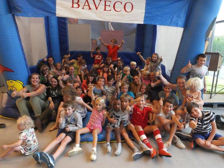 De kinderen en de begeleiders van De Stekelbees aan het springkasteel.