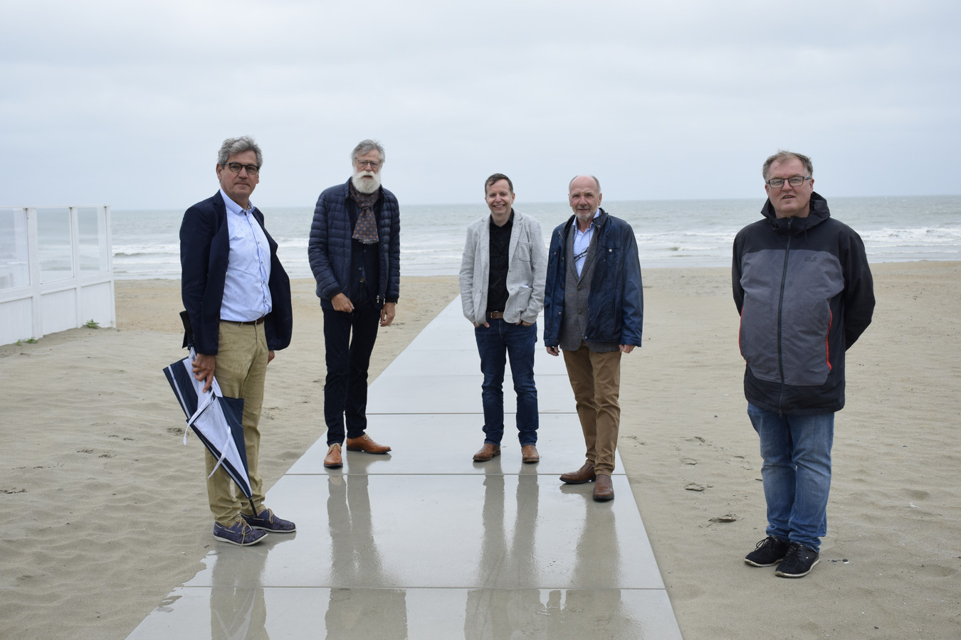 Het Nieuwpoortse stadsbestuur streeft naar een toegankelijk strand. Fernand Dasseville (vierde van links) zet zich al 44 jaar in voor mensen met een beperking