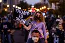 Trump is voorbij, staat op een protestbord in Washington.
