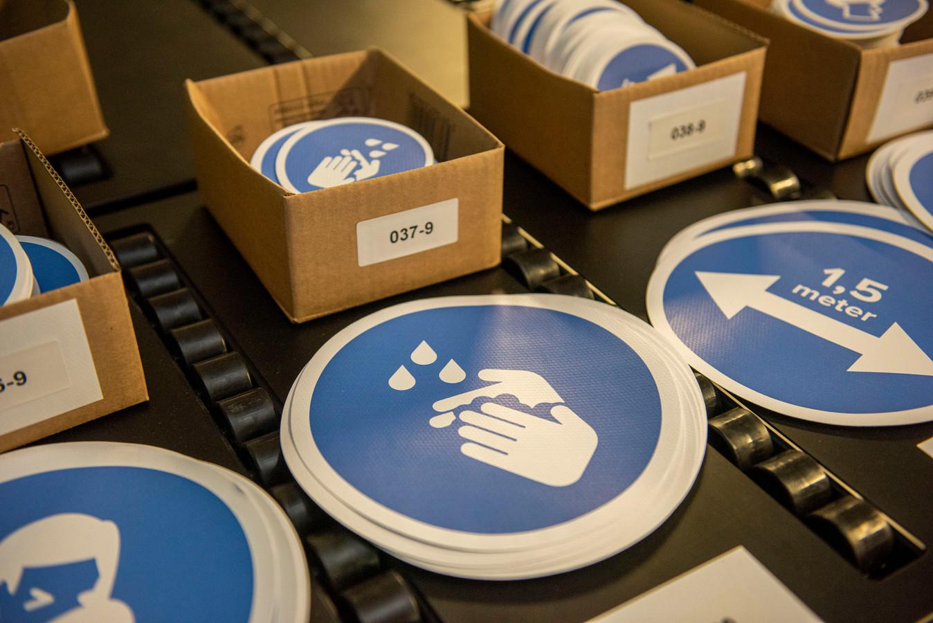 Bij Dr. Sticker loopt het storm met aanvragen voor stickers en posters die het publiek bewust maken van anderhalvemetersamenleving. Op de foto stickers om handen te wassen.