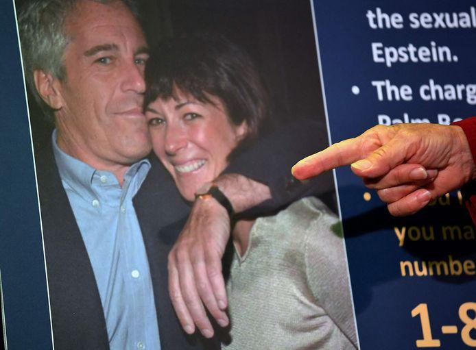Een foto van Epstein en Ghislaine Maxwell.