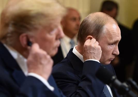 Trump en Poetin doen hun oortjes in om te kunnen horen wat de ander zegt.