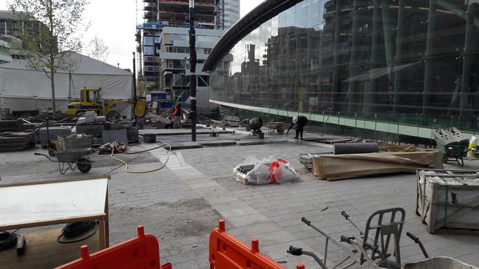 Er wordt op deze zaterdag nog hard gewerkt aan het nieuwe deel van het Stationsplein.