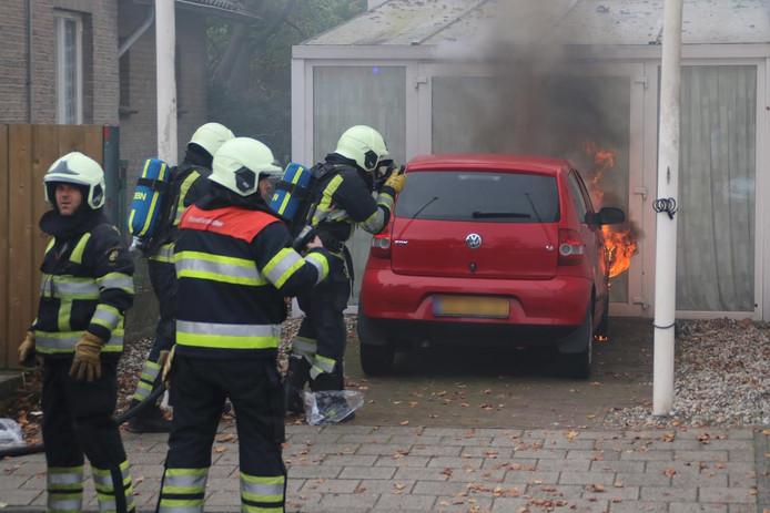 De auto brandde woensdagmiddag volledig uit.