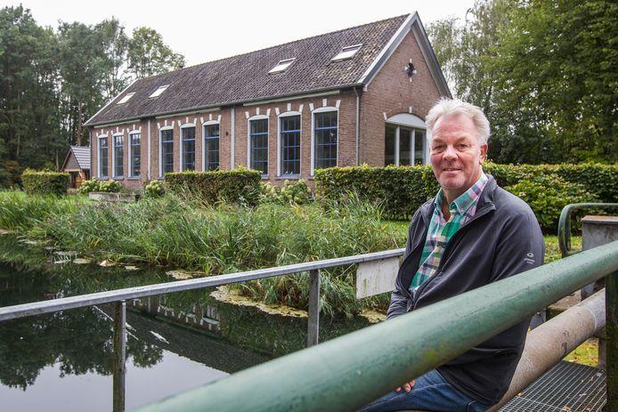 Peter Laan bij het gebouw waarin vroeger het klompenschooltje van Hengforden was gevestigd.