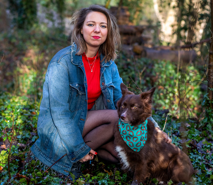 Lisanne van Sadelhoff, samen met haar hond Leo. ,,Bij hem zag ik het meteen: jij bent alleen, ik ben alleen, wij horen bij elkaar.''