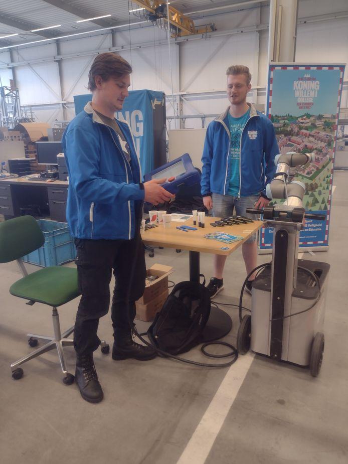 Jules Basemans (l) en Jarno Brinksma ( r )  studenten aan het Koning Willem 1 college activeren hun COBOT