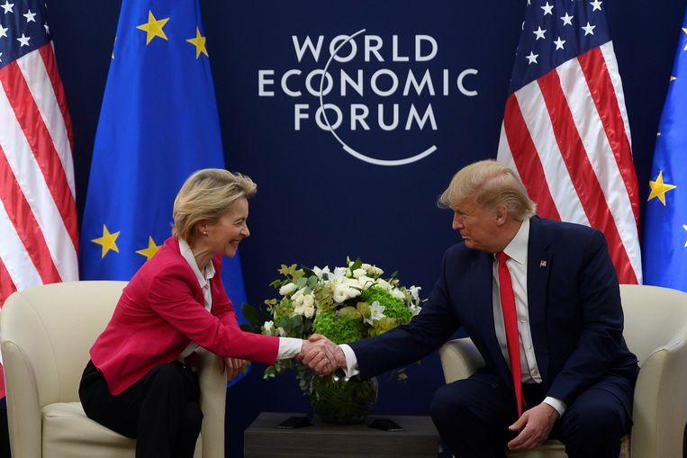 De Amerikaanse president Donald Trump schudt de hand van Ursula von der Leyen, voorzitter van de Europese Commissie, tijdens het Wereld Economisch Forum in het Zwitserse Davos. Beeld AFP