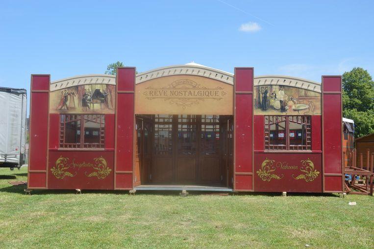Er staat een nostalgische spiegeltent opgesteld op de OCMW-site, die tien dagen lang voor muziek, dans en theater zorgt.